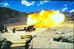 Indian army soldiers fire Bofors gun during Kargil conflict / Kargil War